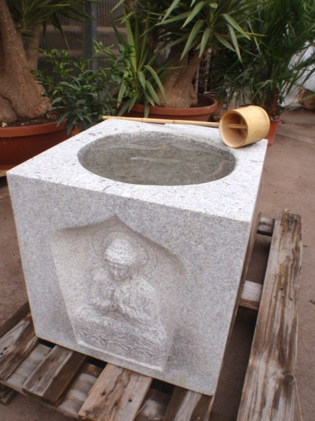 Japanischer Natursteinwassertrog (Shihobutsu)